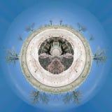 有些树的反射在一个湖在韦斯卡省,西班牙 库存图片