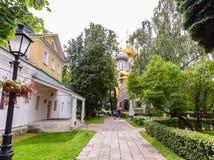 有些游人沿Novodevichy的主要道路走 免版税库存图片