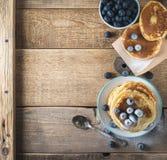有些薄煎饼用在木桌上的蓝莓 免版税库存照片