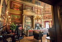 有些访客向在19世纪Bourla剧院里面古板的被设计的餐馆的晚餐求助  图库摄影