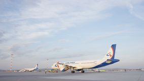 有些飞机尾巴在搭乘操作期间的机场 他们是四架飞机在一个晴天,与蓝天 图库摄影