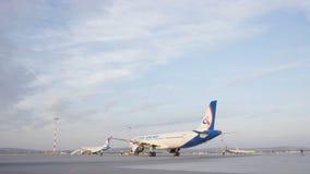 有些飞机尾巴在搭乘操作期间的机场 他们是四架飞机在一个晴天,与蓝天 免版税图库摄影