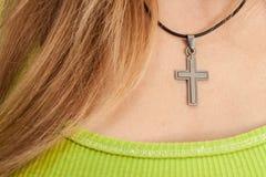 有交叉项链的基督徒妇女 免版税库存照片