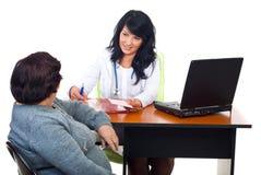 有交谈的医生办公室患者 免版税图库摄影