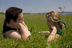 有交谈的夫妇严重的年轻人 免版税库存照片
