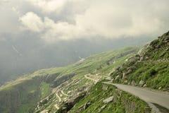 有交通的山路 免版税库存照片