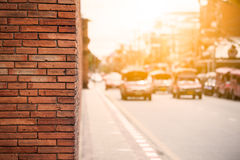 有交通的橙色砖墙在日落,清迈泰国 免版税库存照片