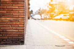 有交通的橙色砖墙在日落,清迈泰国 免版税图库摄影
