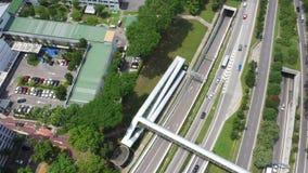 有交通的高速公路在megapolis,显露复杂的繁忙的连接点路交叉点和绿色领域 股票视频