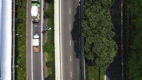 有交通的高速公路在megapolis,显露复杂的繁忙的连接点路交叉点和绿色领域 股票录像
