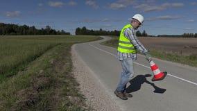 有交通锥体的修路工作者哪里问被投入的第一个锥体 影视素材