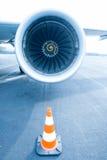 有交通锥体的喷气机引擎在前面 库存图片