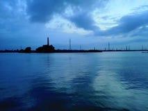 有产业的蓝色海洋在晚上 库存照片