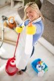有产品的佣人清洗的房子的在手上做笑话 免版税库存照片