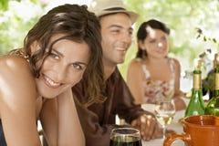 有享受饮料的朋友的妇女 库存照片