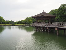 有亭子的湖 免版税图库摄影