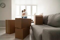 有亲吻的夫妇的纸板箱在背景,移动的天co 库存图片