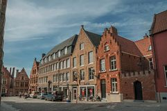 有人、砖房子和商店的街道在布鲁日 库存图片