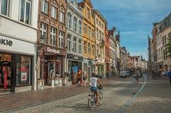 有人、砖房子和商店的街道在布鲁日 免版税库存照片