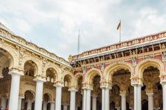 有人、雕塑和柱子的,马杜赖,泰米尔・那杜,印度, 2017年5月13日古老Thirumalai Nayak宫殿 免版税库存图片
