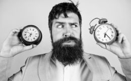 有人不剃须的困惑的面孔变动的时间的问题 改变的时区影响健康 ?? branden 免版税库存图片