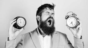 有人不剃须的困惑的面孔变动的时间的问题 ?? 改变的时区影响健康 branden 免版税库存图片