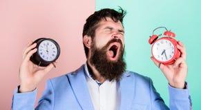有人不剃须的困惑的面孔变动的时间的问题 时区 改变的时区影响健康 branden 免版税库存照片