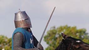 有人争斗历史装甲的在比赛,在中间年龄的节日 影视素材