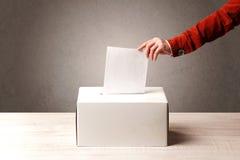 有人决定票的投票箱 免版税库存图片
