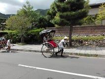 有人力车的人在Arashiyama街道上 免版税图库摄影