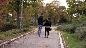有人步行的女孩沿秋天胡同 股票录像