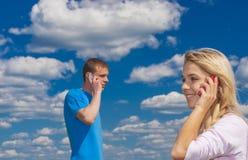 有人的女孩谈话在电话 图库摄影