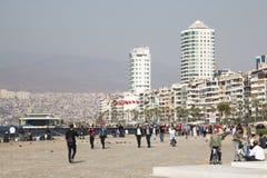 有人的散步在伊兹密尔,土耳其 免版税库存图片