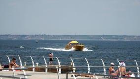 有人的游船在海滩附近漂浮 股票视频