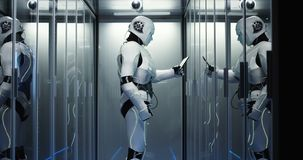 有人的特点的机器人在数据中心的检查服务器 库存照片