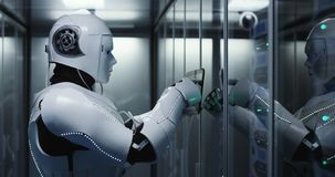 有人的特点的机器人在数据中心的检查服务器 免版税库存照片