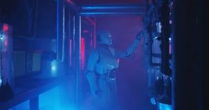 有人的特点的机器人工作在一个充满烟雾的实验室 库存照片