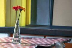 有人造花的花瓶 库存照片