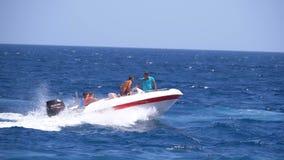 有人风帆的汽船沿波浪在红海 t 股票视频