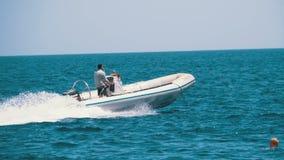 有人风帆的汽船沿波浪在红海 t 股票录像