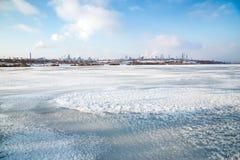 有从一个冻湖的岸看见的烟的冶金学植物 库存照片