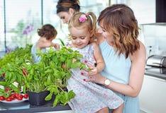 有他们心爱的孩子的明亮的,夏天成套工具年轻妈妈 免版税库存照片