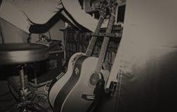 有他们的吉他的音乐家在葡萄酒环境里 免版税库存照片