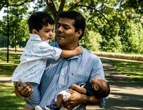 有他的儿子的拉丁美州的父亲 免版税库存图片
