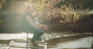 有他的儿子的父亲在一起钓鱼在一个大湖的一美好的好日子 射击在红色史诗 4K 股票录像
