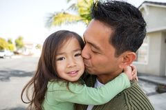 有他的女儿的亚裔父亲 免版税库存图片