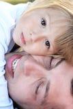 有他的女儿的父亲 免版税库存照片
