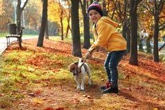 有他的宠物的逗人喜爱的小男孩在公园 免版税库存图片