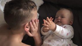 有他的小姐妹的年轻男孩 影视素材