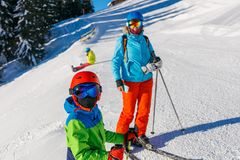有他的母亲的逗人喜爱的滑雪者男孩冬天滑雪场的 免版税库存图片